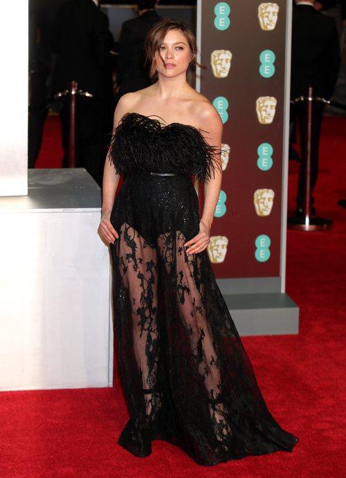 Sophie Cookson con un vestido negro en la alfombra roja de los Premios BAFTA 2018