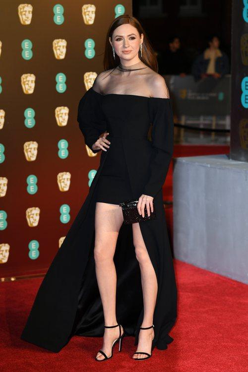 Karen Gillan con un vestido negro en la alfombra roja de los Premios BAFTA 2018