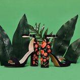 Sandalias de tacón negras con bordados de flores de la colección de Mariamare primavera/verano 2018