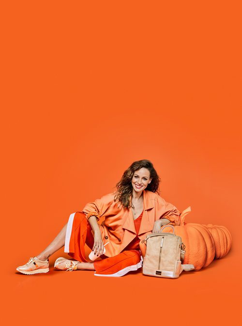 Eva González posa con unas deportivas naranjas para la colección de Mariamare primavera/verano 2018
