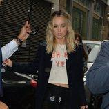 Jennifer Lawrence pasea por las calles de Londres con un pantalón y chaqueta oscuro 2018