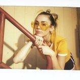 Miley Cyrus posa con un pantalón corto negro y camiseta amarilla de Converse 2018