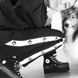 Miley Cyrus con su perro vestida con un chándal  y zapatillas de plataforma Converse 2018