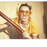 Miley Cyrus muestra los dientes y un conjunto deportivo de Converse 2018