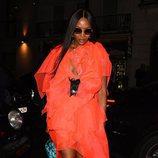 Naomi Campbell con un vestido naranja en la fiesta Miu Miu en Londres 2018
