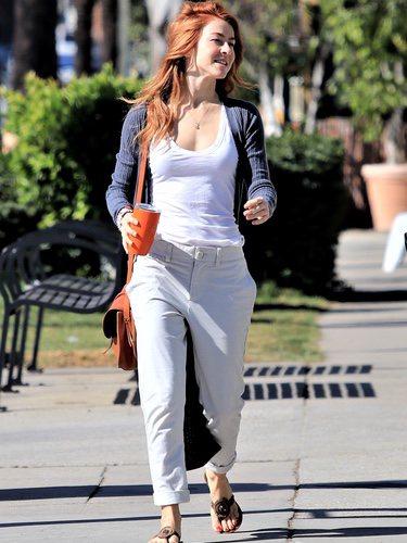 Julianne Hough con un pantalon gris claro y camista blanca paseando por la ciudad 2018