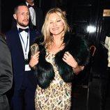 Kate Moss con un vestido de pedreria en tonos burdeos y verdes en Londres 2018