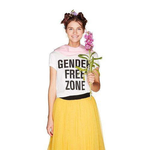 Mujer con camiseta con mensaje de United Colors Of Benetton de la colección para primavera/verano 2018