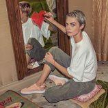 Cara Delevingne dibujando un corazón en un espejo como imagen de las Nuevas Zapatillas Puma Suede Bow Valentine