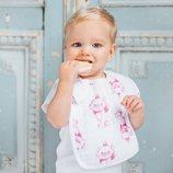 Bebé posando con un babero en color blanco con el estampado de Los Aristogatos de Disney para Aden+Anais 2018