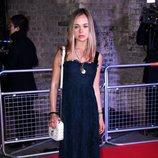 Amelia Windsor en la noche solidaria de la Fundación Fabulous Fund Fair 2018 con un vestido oscuro
