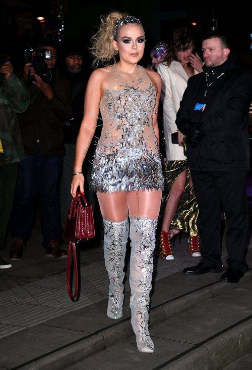 Tallia Storm con un vestido transparente y plateado con unas botas del mismo estampado en la noche solidaria de la Fundación Found Fair 2018