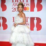 Rita Ora con un traje de plumas blancas y verde menta de Ralph y Russo en los Brit Awards 2018