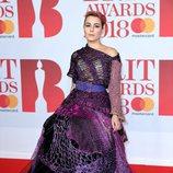 Noomi Rapace con un traje violeta y negro en los Brit Awards 2018
