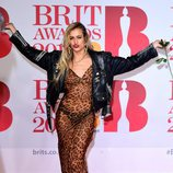 Alice Dellal con un vestido de animal print transparente en los Brit Awards 2018