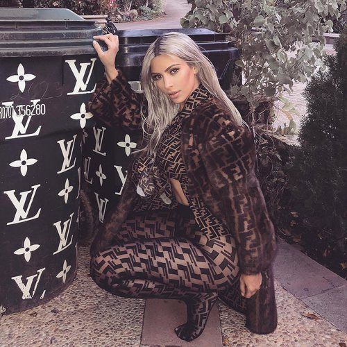 Kim Kardashian con unas mayas y top transparente en color marron 2018