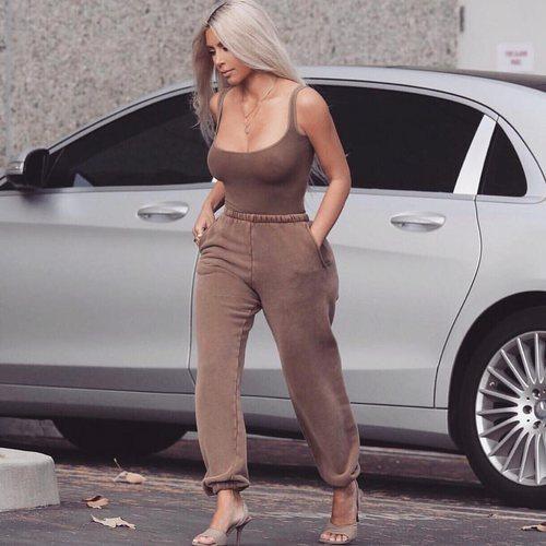 Kim Kardashian con un chándal marrón oscuro por Los Ángeles 2018