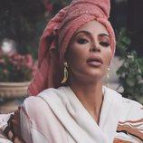 Kim Kardashian con un albornoz y una toalla de pelo 2018