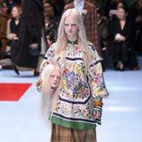 Blusa de estampados florales y falda de cuadros marrón de Gucci otoño/invierno 2018/2019 en la Milan Fashion Week