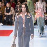 Traje de america estructurada y falda azul de Gucci otoño/invierno 2018/2019 en la Milan Fashion Week