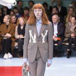Traje de americana gris con letras estampadas de Gucci otoño/invierno 2018/2019 en la Milan Fashion Week