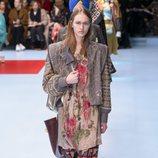Blusa con estampados florales y pantalones anchos de Gucci otoño/invierno 2018/2019 en la Milan Fashion Week