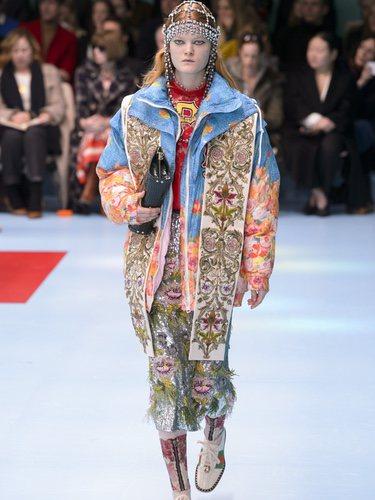 Bomber con estampados florales y falda con plumas de Gucci otoño/invierno 2018/2019 en la Milan Fashion Week