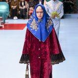 Vestido largo y ancho de terciopelo rojo de Gucci otoño/invierno 2018/2019 en la Milan Fashion Week