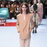 Traje marrón de pantalones con una capa transparente de Gucci otoño/invierno 2018/2019 en la Milan Fashion Week