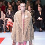 Traje largo rosa y chaqueta de pelo ancha de Gucci otoño/invierno 2018/2019 en la Milan Fashion Week