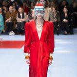 Vestido largo rojo con hombreras de Gucci otoño/invierno 2018/2019 en la Milan Fashion Week