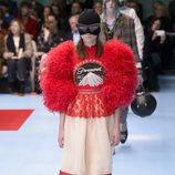 Vestido largo de tul y plumas rojo y blanco de Gucci otoño/invierno 2018/2019 en la Milan Fashion Week