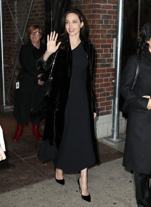 Angelina Jolie con un traje negro y unos stilettos por las calles de Nueva York