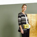 Conjunto de prendas en tonos neutros con bolso mostaza de la colección primavera/verano 2018 de Trucco