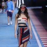 Bella Hadid con una falda a rayas de la colección TommyXGigi primavera/verano 2018 en la Milan Fashion Week