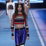 Pantalón de cuero azul con rayas blancas y negras de la colección TommyXGigi primavera/verano 2018 en la Milan Fashion Week