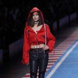 Pantalón de cuero negro y sudadera roja de la colección TommyXGigi primavera/verano 2018 en la Milan Fashion Week