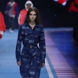 Mono azul marino con estampados de la colección TommyXGigi primavera/verano 2018 en la Milan Fashion Week