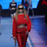 Chándal rojo con detalles de carreras negros  de la colección TommyXGigi primavera/verano 2018 en la Milan Fashion Week