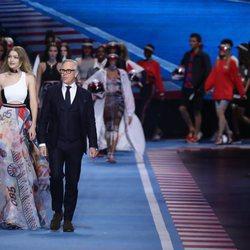 Gigi Hadid y Tommy Hilfiger dando cierre al desfile de primavera/verano 2018 en la Milan Fashion Week