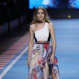 Gigi Hadid con un top y una falda de estampados de la colección TommyXGigi primavera/verano 2018 en la Milan Fashion Week