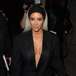 Kim Kardashian con un look total black y un maquillaje de noche 2018