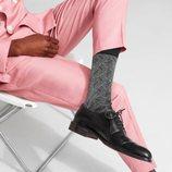 Modelo exponiendo un diseño en color negro y blanco de calcetines de la Nueva Colección de Happy Socks 2018