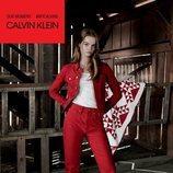Lulu Tenney con un conjunto denim rojo  de la colección de Calvin Klein #MYCALVINS para primavera 2018