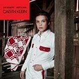 Millie Bobbie Brown con unos vaqueros blancos y rojos  de la colección de Calvin Klein #MYCALVINS para primavera 2018