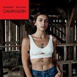 Paris Jackson con unos jeans y un top blanco  de la colección de Calvin Klein #MYCALVINS para primavera 2018