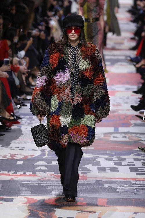 Abrigo de peluche multicolor  de Dior otoño/invierno 2018/2019 en la Paris Fashion Week