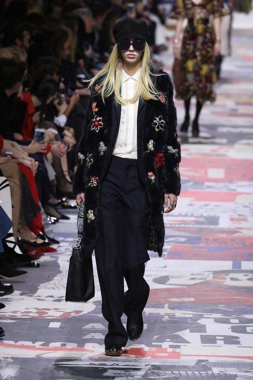 Chaqueta estructurada negra con estampados florales  de Dior otoño/invierno 2018/2019 en la Paris Fashion Week