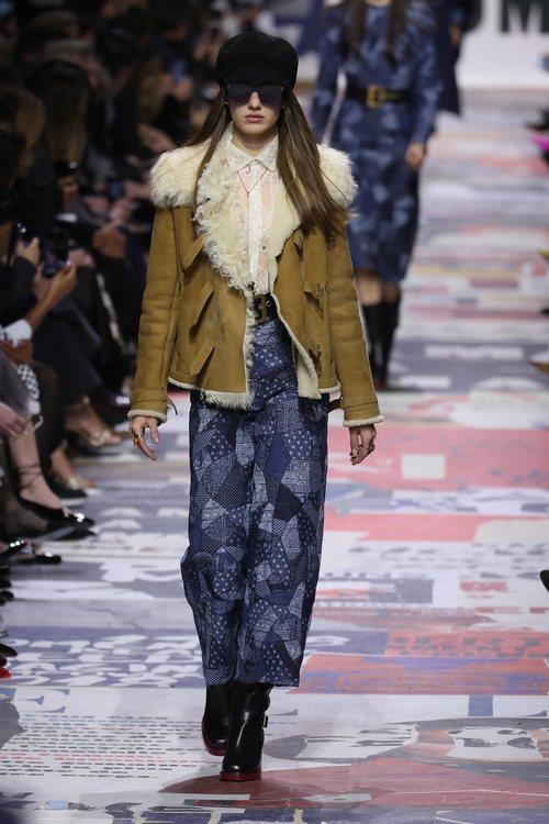 Cazadora marrón con pelo blanco  de Dior otoño/invierno 2018/2019 en la Paris Fashion Week