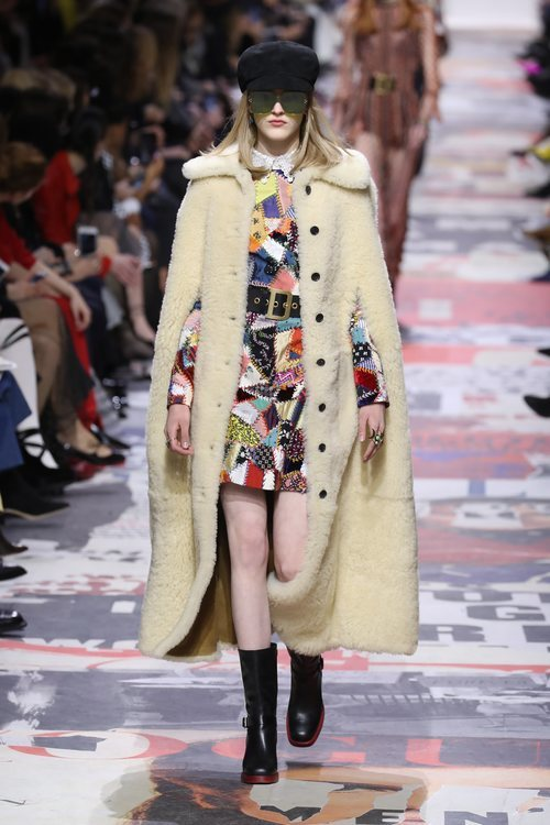 Abrigo de peluche blanco con vestido mini  de Dior otoño/invierno 2018/2019 en la Paris Fashion Week